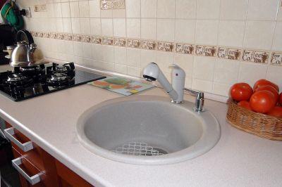 Okrągły zlew granitowy do jasnej kuchni