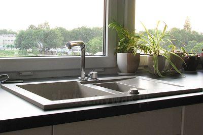 Prostokątny elegancki zlewozmywak kuchenny Taurus zamontowany w kuchni pod oknem