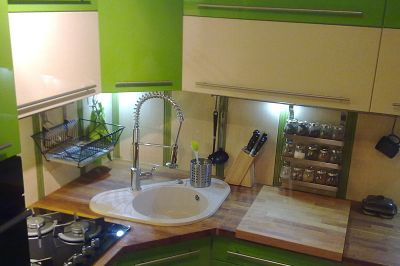 Zlewozmywak granitowy do szafki narożnej Solano 30 w zielonej kuchni